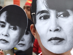 People in Aung San Suu Kyi masks (by lewishamdreamer from Flickr used under Attribution-NonCommercial 2.0 Generic (CC BY-NC 2.0)