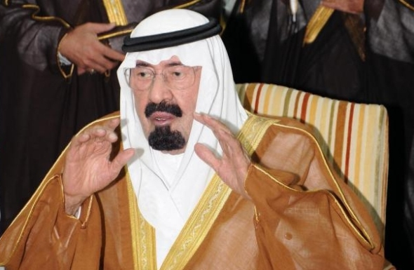 King Abdullah bin Abdulaziz Al Saud performs a funeral prayer for Crown Prince Naif bin Abdulaziz Al Saud (Photo: Saudi Press Agency)